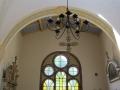 Stary żyrandol i okno północne.
